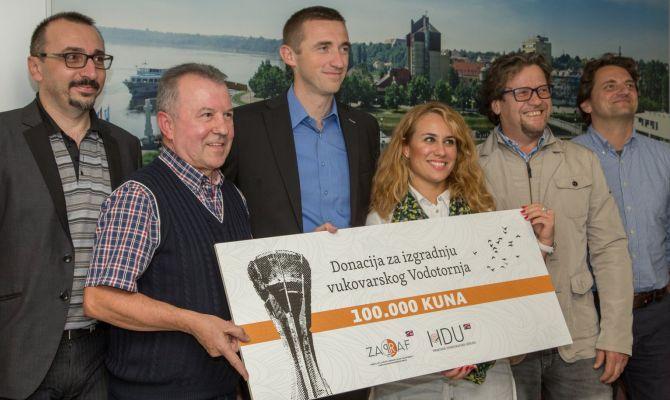 Hrvatski diskografi uručili donaciju za izgradnju vukovarskog Vodotornja