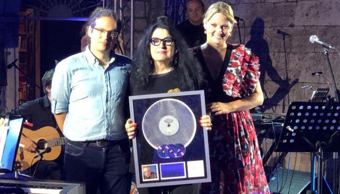 Oliveru dodijeljeno posthumno priznanje: Multi-platinum award za vrhunska diskografska dostignuća