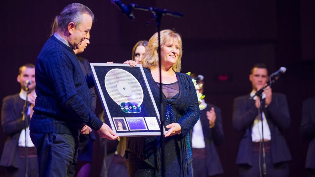 Glazbena diva Meri Cetinić primila Multi-platinum Award za 40 godina diskografskih dostignuća