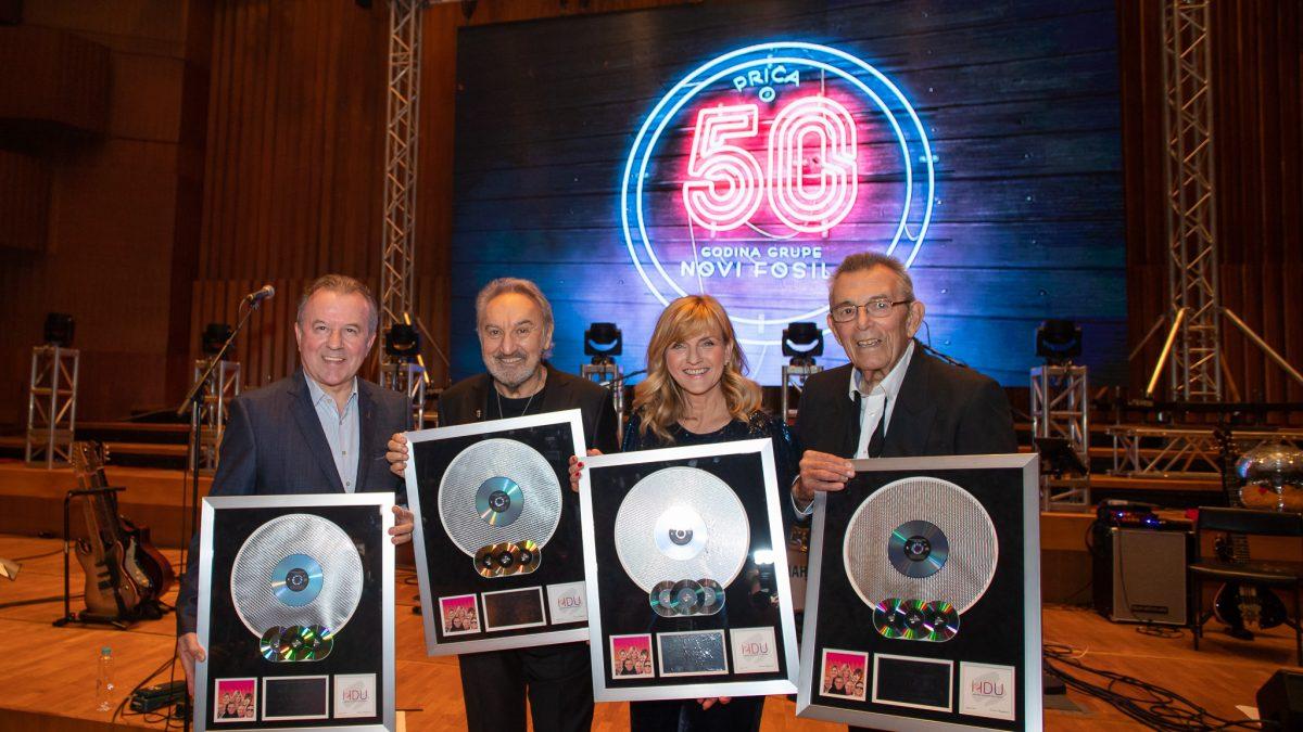 Novi fosili proslavili 50 godina, a nagrađeni su i Multi-platinum Award priznanjem za diskografska dostignuća